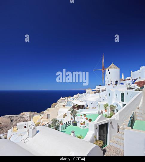 Blick auf ein Dorf auf der Insel Santorin in Griechenland Stockbild