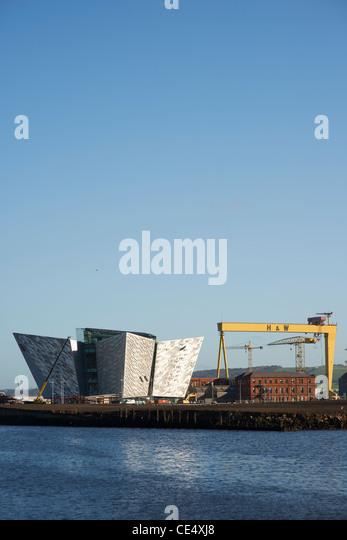 Belfasts neue Titanic Besucherzentrum in der Endphase der Bau mit Harland and Wolffs riesige Kräne in der Backg Stockbild
