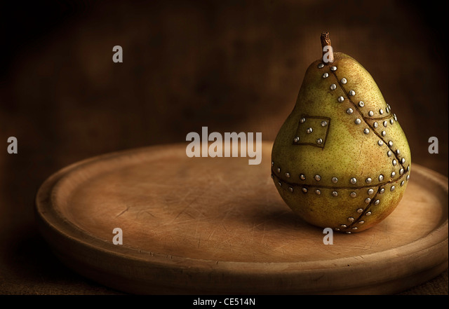 manipulierte Birnenfrucht mit Nägeln halten es zusammen Konzept für genetische manipulation Stockbild