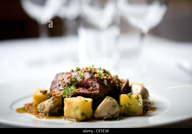 Lamm und Kartoffeln auf einem Teller Stockbild