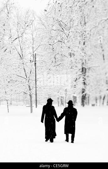 Paar in einem öffentlichen Park unter dem Schnee Stockbild