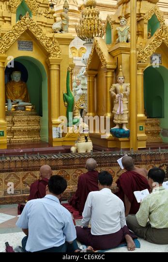 Wenn Myanmar Buddhisten die Pagode besuchen, wissen sie in ihren Herzen, dass sie den edlen Pfad zur Erleuchtung Stockbild