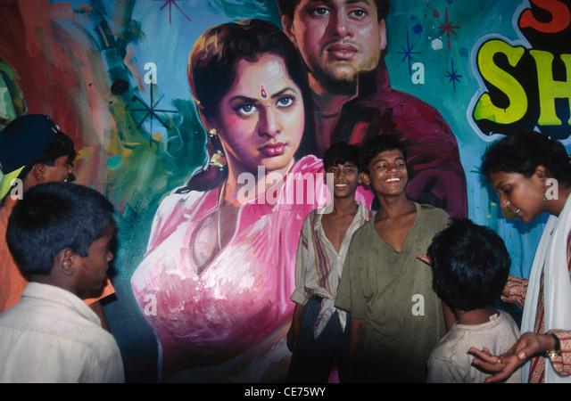 SOA 84695: indische Straßenkinder vor Bollywood Poster Bombay Mumbai Indien Stockbild
