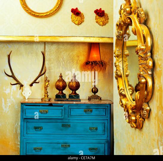 barocke Grunge Vintage Haus mit blauen Schublade und goldene Spiegel Stockbild