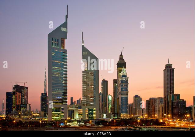 Dubai, Emirates Towers und Wolkenkratzer in der Abenddämmerung Stockbild