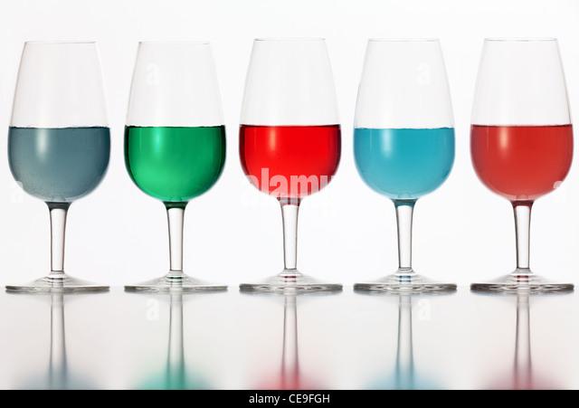 Brille von farbigen Flüssigkeit auf weißem Hintergrund fotografiert Stockbild