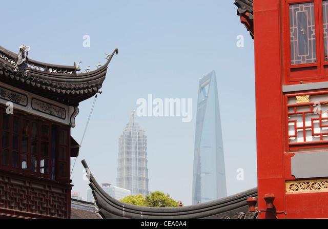 Jin Mao Tower und Shanghai World Financial Centre durch Gebäude von Yu Gardens Basar; Yuyuan; Shanghai; China Stockbild