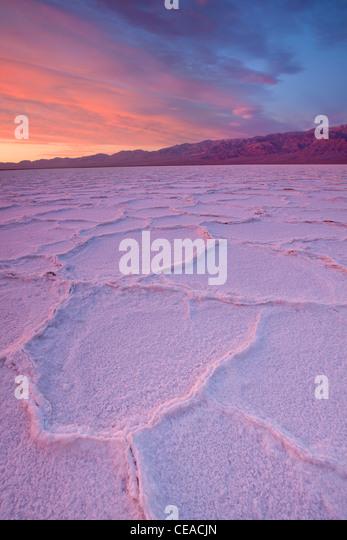 Sonnenaufgang über dem Salz Polygone und Muster am Salzsee Badwater im Death Valley Nationalpark, Kalifornien, Stockbild