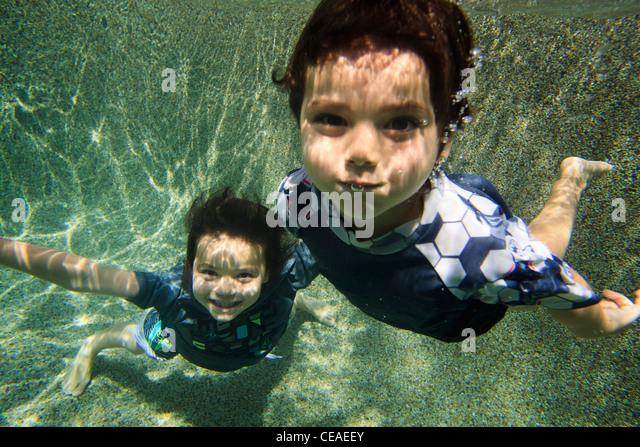 Spielen in einem Hinterhof Schwimmbad in Cairns, weit im Norden Queensland, Australien Stockbild
