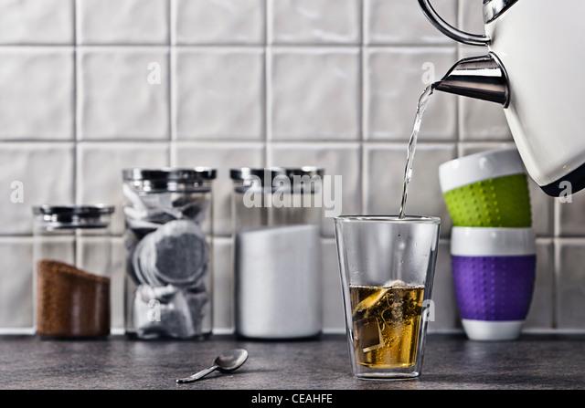 Gießen Sie eine Tasse Tee Stockbild