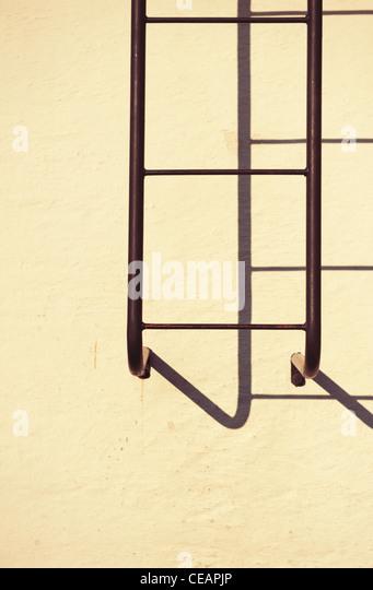 Feuerleiter, die wie ein Schatten Stockbild