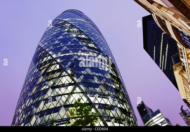 gemischte Architektur, Twilight, moderne und klassische Architektur, Swiss Re Tower, The Gherkin-Tower, London, Stockbild