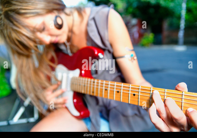 Frau Gitarre spielen Stockbild