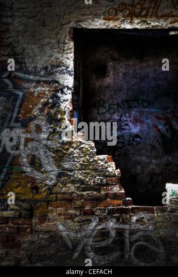 Graffiti in einer alten verlassenen Ruinen. Stockbild
