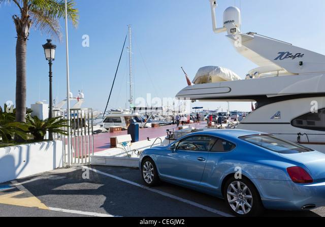Blasses Blau Bentley Auto geparkt in El Puerto José Banús, Marbella, Costa Del Sol, Andalusien, Spanien Stockbild