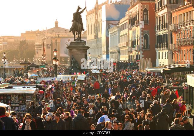 Straßen von Venedig voller Touristen während des traditionellen venezianischen Karnevals. Stockbild