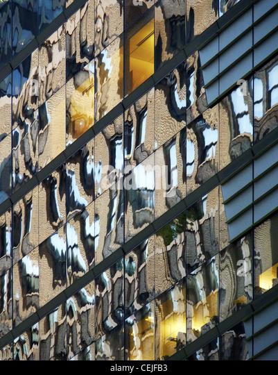 Farben der umgebenden Gebäuden reflektiert in eine moderne Glasfassade in 42nd Street Manhattan Stockbild