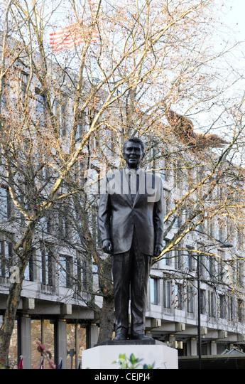 Ronald Reagan Bronze Statue auf Sockel an der amerikanischen Botschaft Grosvenor Square London England Großbritannien Stockbild