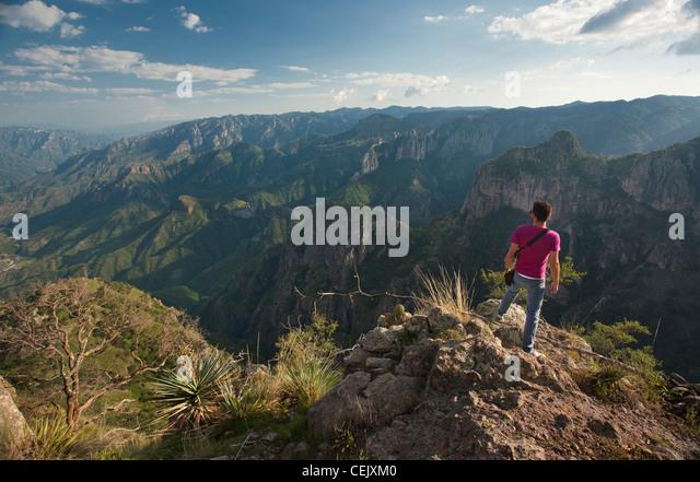 Ein Mann steht auf einer Klippe am Kupfer Canyon in der Region von Cerocahui, Chihuahua, Mexiko. Stockbild