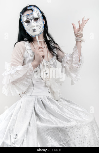 Frau in weißen Hochzeit Kleid mit venezianischer Maske Stockbild