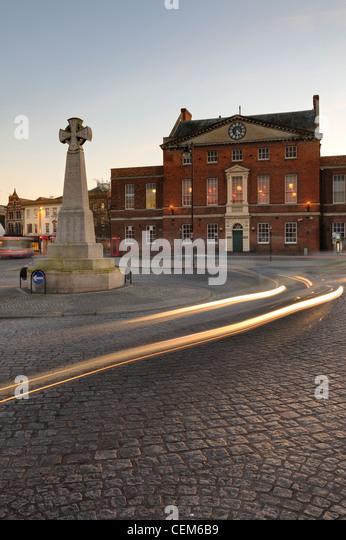 Die Burma-Gedenkstätte und Market House in der Abenddämmerung. Taunton, Somerset, UK. Stockbild