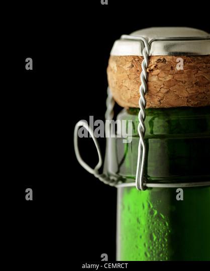 Nahaufnahme des Korkens auf einer geschlossenen Flasche Champagner Stockbild