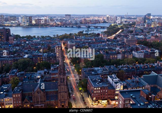 Luftaufnahme einer Stadt bei Dämmerung, Boston, Massachusetts, USA Stockbild