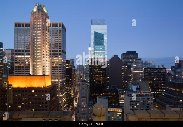 Gebäude leuchtet in der Dämmerung downtown Manhattan Blick nach Norden, New York City, New York State, Stockbild