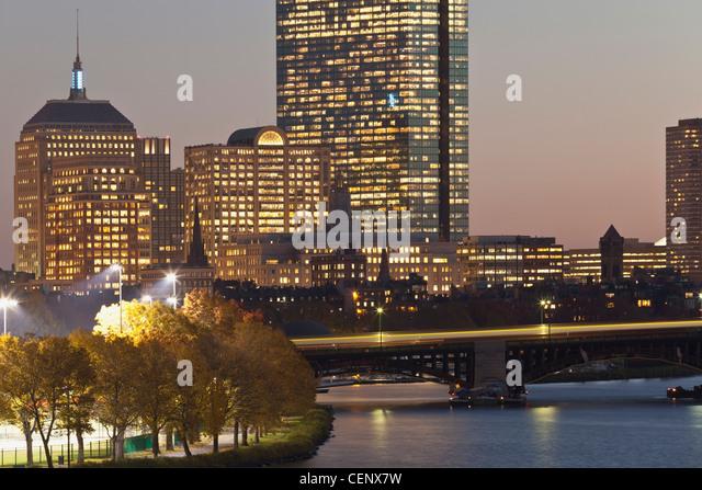 Gebäude leuchtet in der Dämmerung, Boston, Massachusetts, USA Stockbild