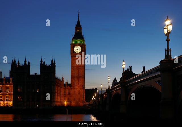 Häuser des Parlaments in der Nacht vom Südufer aus gesehen. Stockbild