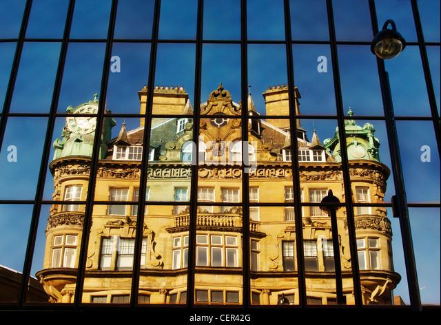 Historischen Gebäudes in Blackett Straße reflektiert in Glasscheiben. Stockbild