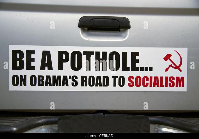 """Polit-Satire-Aufkleber auf einem LKW-Heckklappe, die besagt, dass """"sein A Schlagloch... AUF OBAMAS WEG ZUM Stockbild"""