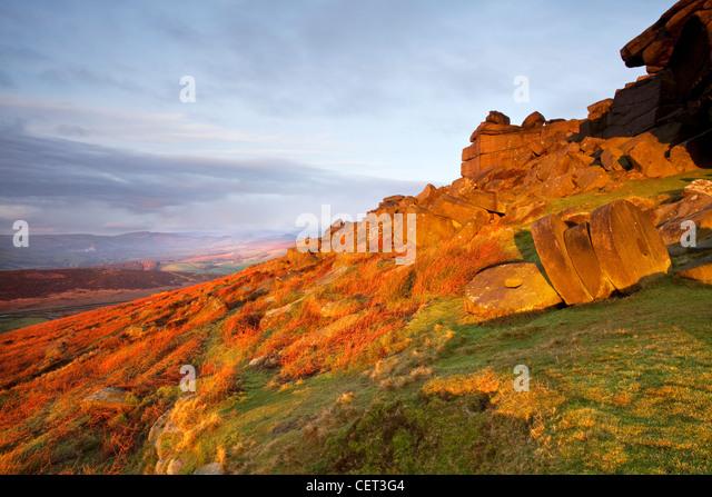 Verlassene Mühlsteine unter Stanage Edge an der ersten Ampel in der Peak District National Park. Stockbild