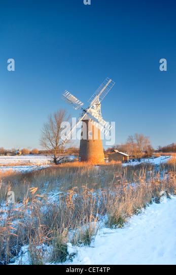 Schnee auf dem Boden um die neu restaurierte Hardley Entwässerung Mühle, erbaut im Jahre 1874 auf den Stockbild