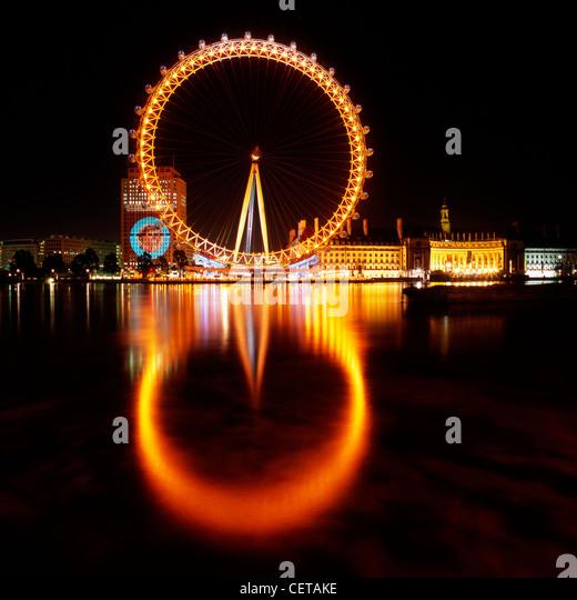 Das British Airways London Eye in der Nacht. 1999 eröffnet, liegt es bei 135m hoch, so dass es das größte Stockbild