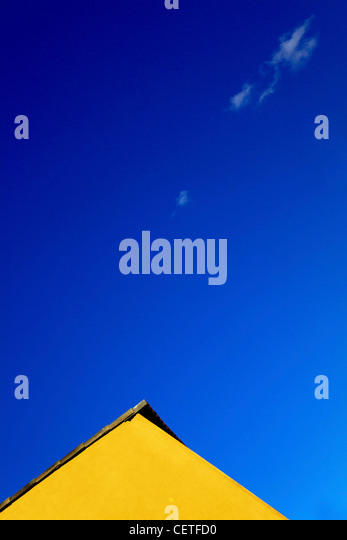 Oberen Rand ein gelbes Gebäude vor blauem Himmel in Beverley. Stockbild
