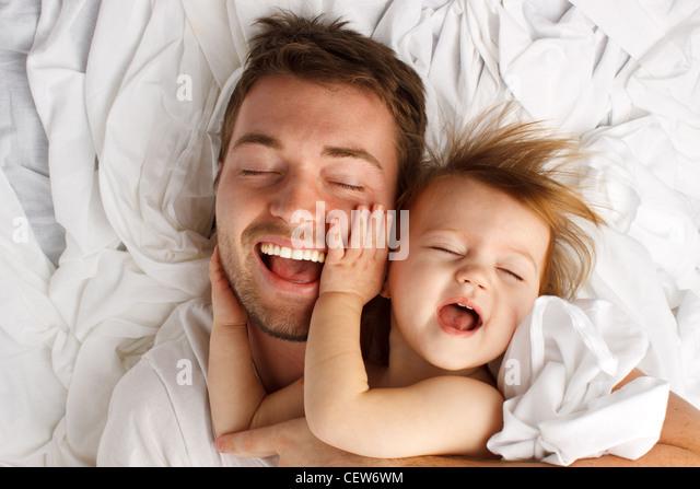 Vater und Tochter lacht und kleben Stockbild