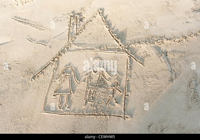 Zeichnung der Familie im eigenen Haus in Sand, erhöhte Ansicht Stockbild