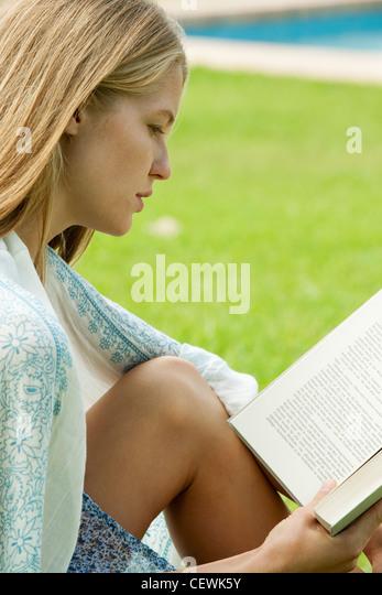 Junge Frau Lesebuch im freien Stockbild