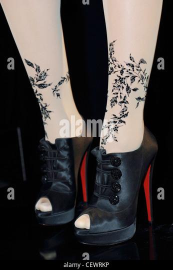 Abgeschnitten Bild Modell tragen Strumpfhosen mit verzierten Blatt drucken und schwarze Plattform Peep Toe mit schwarzen Stockbild