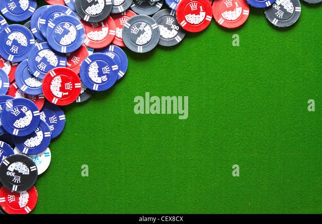 Bunte Glücksspiel Chips auf grünem Filz Hintergrund mit Textfreiraum Stockbild