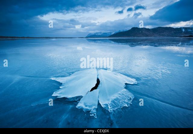 Eisbildung von gefrorenen Küste von Ytterpollen, Lofoten Inseln, Norwegen Stockbild