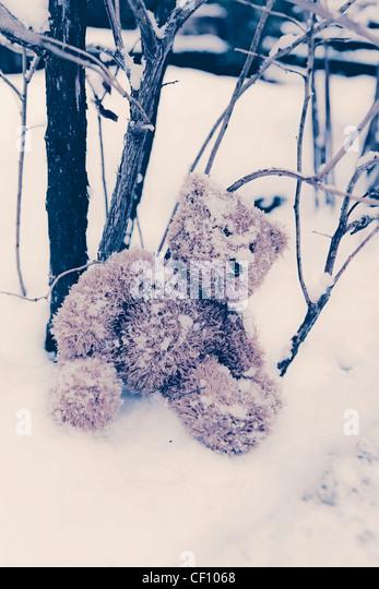 eine vergessene Teddy im Schnee Stockbild