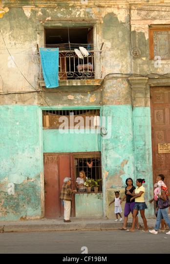 Alltag in Kuba: Menschen gehen und sprechen auf der Straße, Havanna-Stadt Stockbild