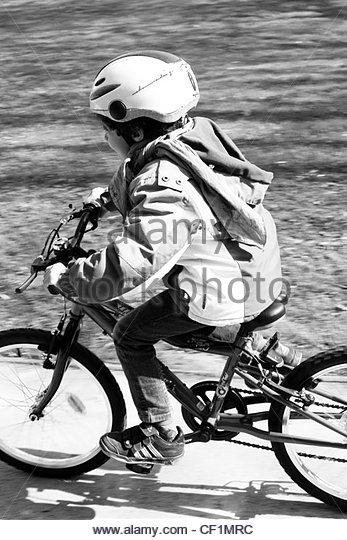 Kleinen Jungen Fahrrad Stockbild