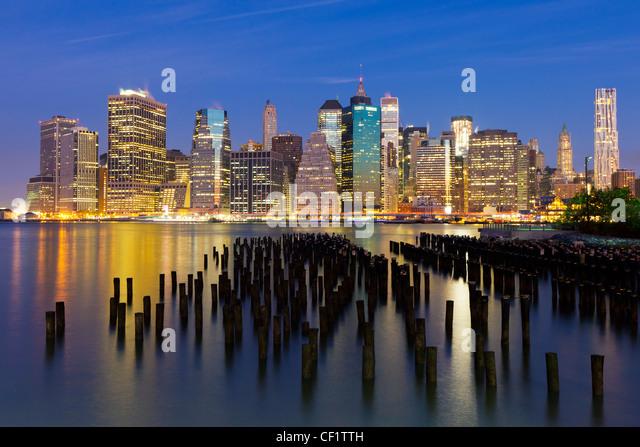 Vereinigte Staaten von Amerika, New York, Dämmerung Blick auf die Wolkenkratzer von Manhattan aus der Nachbarschaft Stockbild