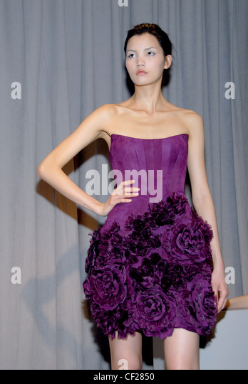 Lila trägerlosen Kleid verziert mit floralen Corsage Rock Stockbild