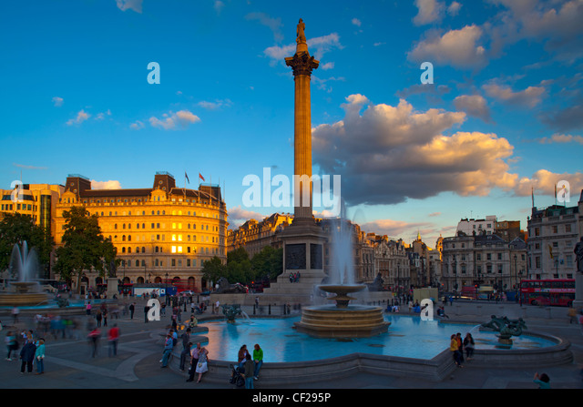 Nelson Säule und Brunnen am Trafalgar Square, einem der beliebtesten Touristenziele Londons. Stockbild
