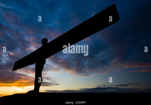 """Der kultige Engel der nördlichen Statue Silhouette gegen eine stimmungsvolle Himmel. Der """"Engel"""", Stockbild"""