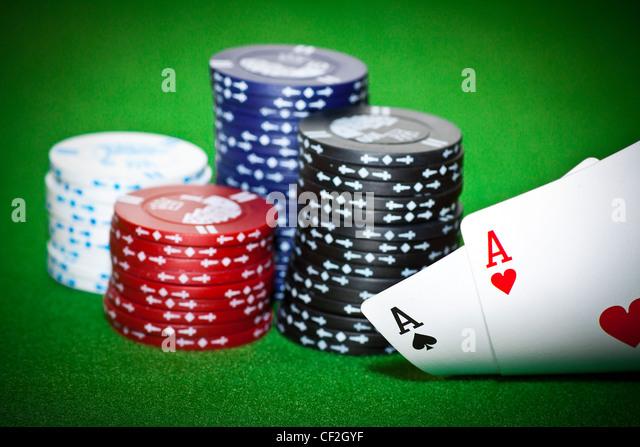 Glücksspiel-Chips, Karo-Ass und König Pik auf grüne Poker Tuch. Stockbild